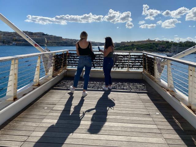 マルタ留学 バレッタの街がきれいに見える橋 | 代々木グローバル高等学院[公式]