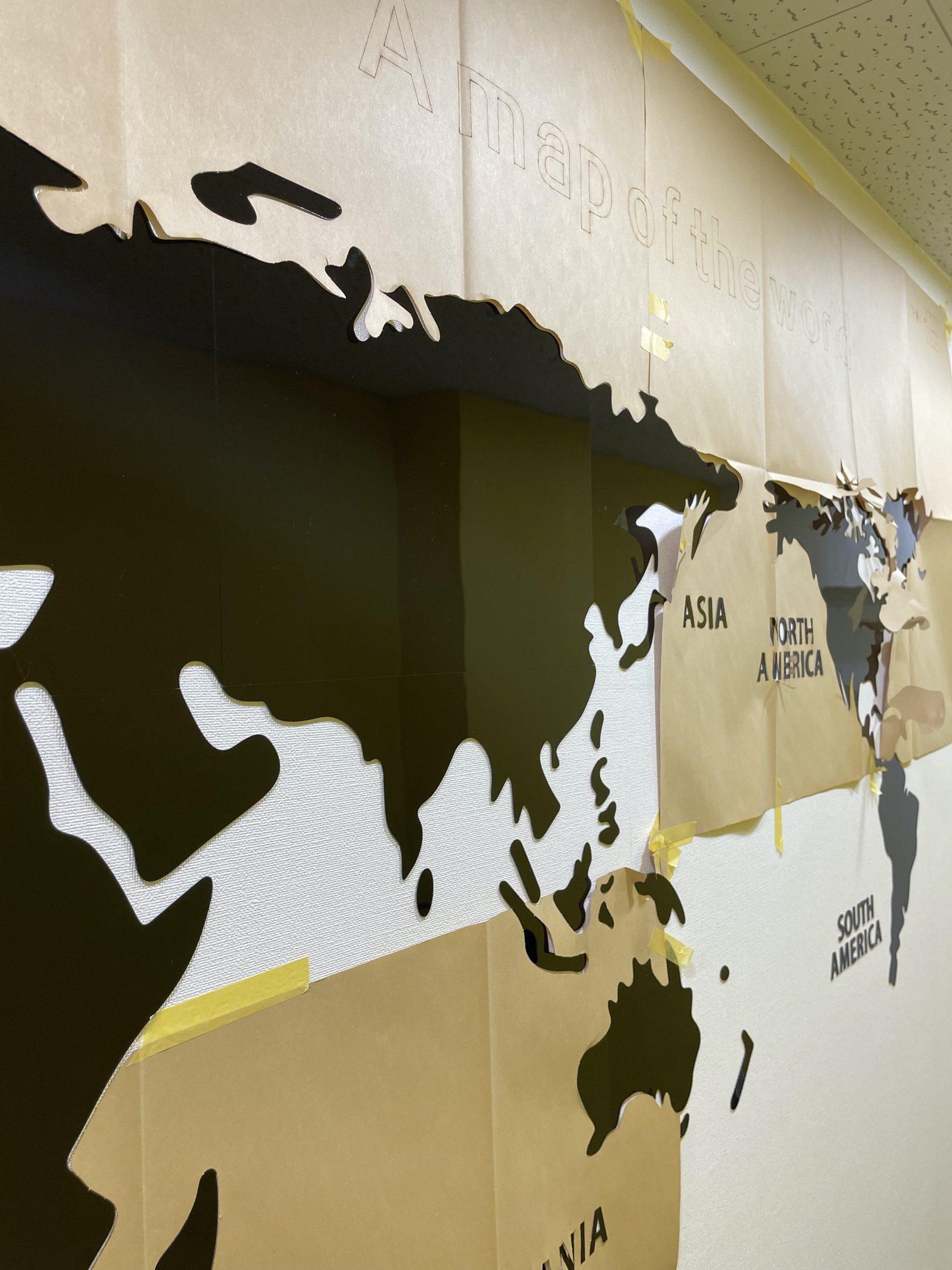 ピカピカの廊下に世界地図!   代々木グローバル高等学院[公式]